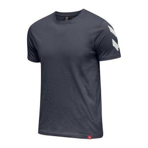 hummel-legacy-chevron-t-shirt-blau-f7429-212570-lifestyle_front.png