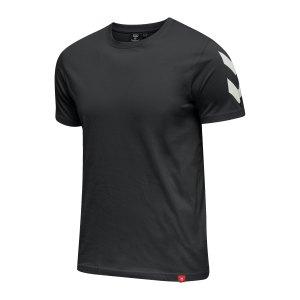 hummel-legacy-chevron-t-shirt-schwarz-f2001-212570-lifestyle_front.png