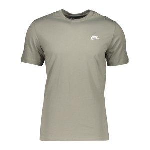 nike-club-t-shirt-gruen-f320-ar4997-lifestyle_front.png