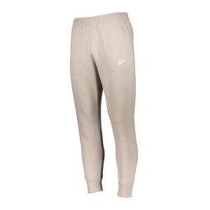 nike-club-jogginghose-beige-f236-bv2679-lifestyle_front.png