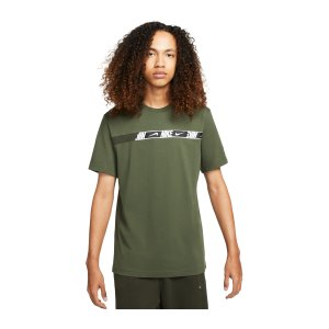 nike-repeat-t-shirt-gruen-weiss-f335-dm4675-lifestyle_front.png