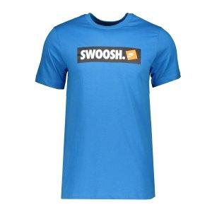 nike-swoosh-t-shirt-blau-f435-ar5027-lifestyle_front.png